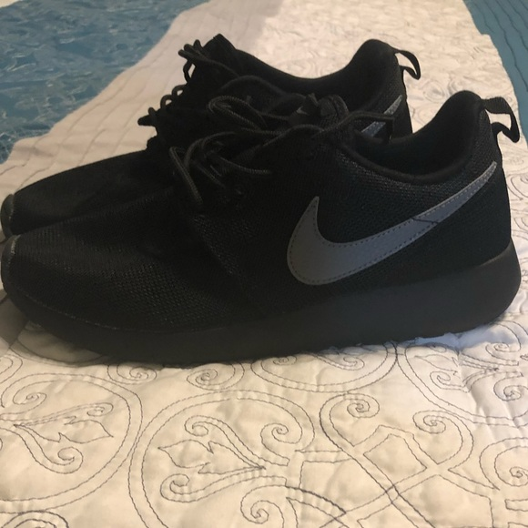 """size 40 52a57 355d9 Kids solid black """"Nike Roshe One"""" size 6.5"""